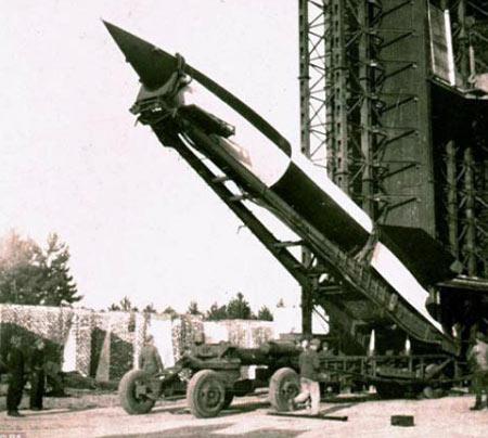 """V-2: """"ICBM"""" có uy lực khiêm tốn nhất. Quốc gia sản xuất: Đức, phóng lần đầu năm 1942. Trọng lượng phóng 13 tấn, tầm bắn 320 km."""
