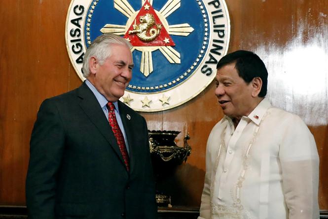 ngoai truong my rex tillerson (trai) gap tong thong philippines rodrigo duterte reuters