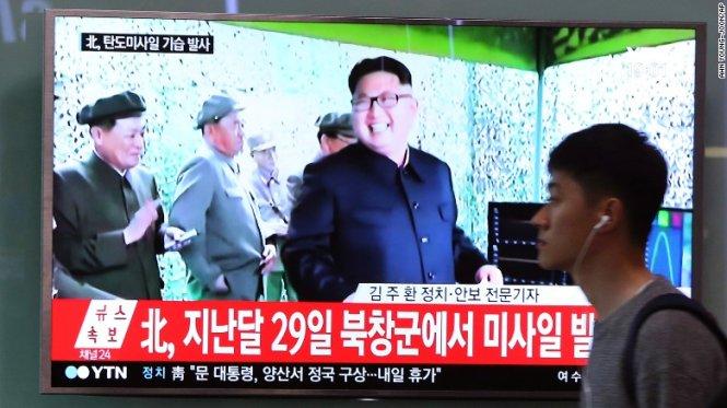 lanh dao trieu tien kim jong un theo doi mot vu phong thu ten lua - anh: cnn