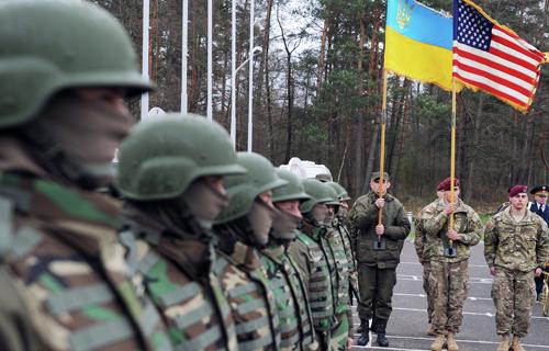 binh si my va ukraine trong mot buoi tap tran chung. anh: afp