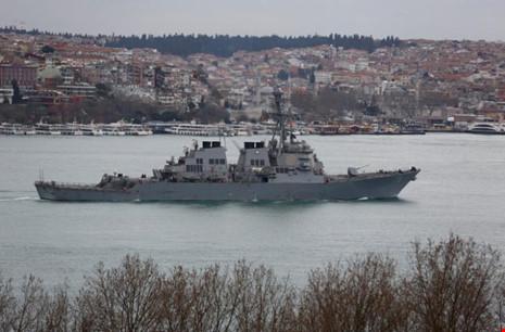 Máy bay Nga đụng độ tàu khu trục Mỹ ở biển Đen