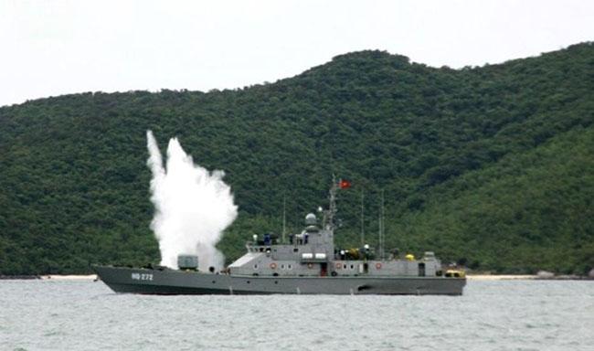 Ở Việt Nam, pháo hạm AK-176 được trang bị phổ biến trên các tàu tên lửa cao tốc Molniya (cả hai biến thể 1241RE và 1241.8), tàu tuần tra lớp Svetlyak, tàu pháo TT-400TP, tàu hộ vệ tên lửa Gepard 3.9 và tàu tên lửa BPS-500. (Ảnh trong bài: Tàu Svetlyak và tàu pháo TT-400TP).