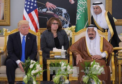 quoc vuong saudi arabia salman (phai) tiep tong thong my donald trump (trai) tai riyadh ngay 20/5. anh: afp/ttxvn
