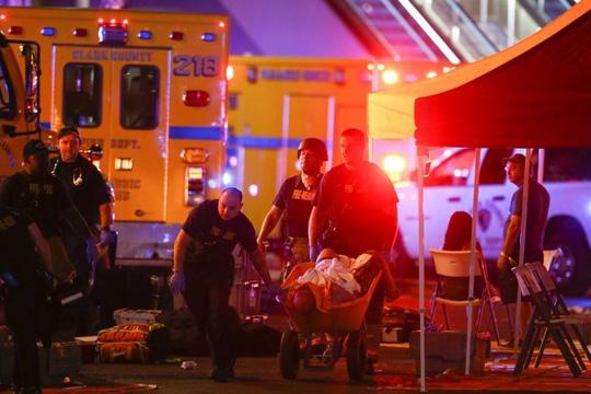 Xả súng đẫm máu ở Las Vegas, 250 người thương vong - Ảnh 2.