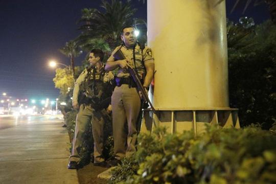 Xả súng đẫm máu ở Las Vegas, 250 người thương vong - Ảnh 4.