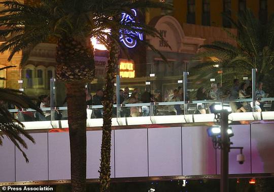 Xả súng đẫm máu ở Las Vegas, 250 người thương vong - Ảnh 1.
