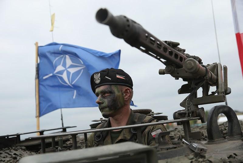 Binh sĩ và xe tăng NATO. Ảnh: GETTY IMAGES